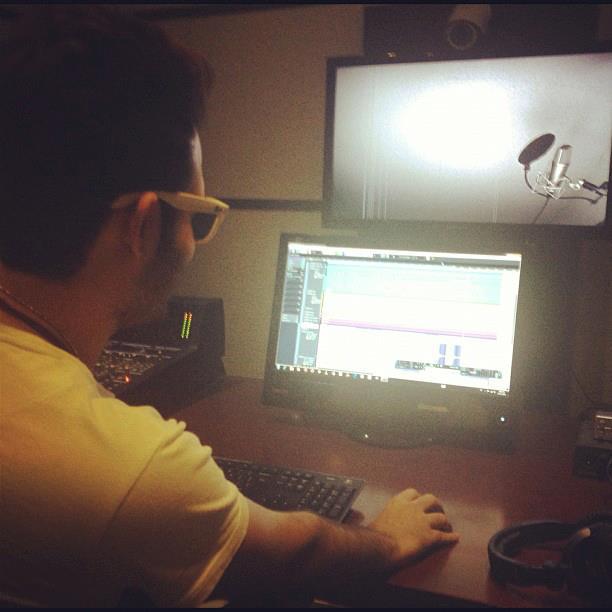 عکسی از ماهان بهرام خان در استودیو شخصی | WwW.BestBaz.RozBlog.Com