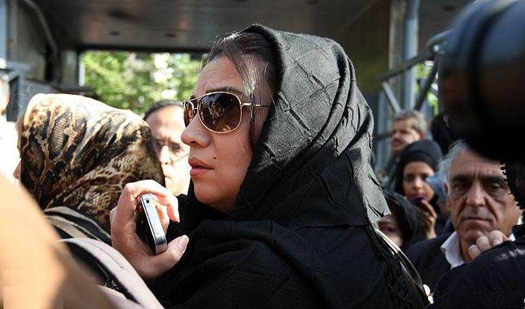 عکسی از الهام پاوه نژاد در مراسم تشییع مرحوم عسل بدیعی | WwW.BestBaz.IR