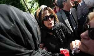 عکسی از مادر زنده یاد عسل بدیعی در مراسم تشییع دخترش | WwW.BestBaz.IR