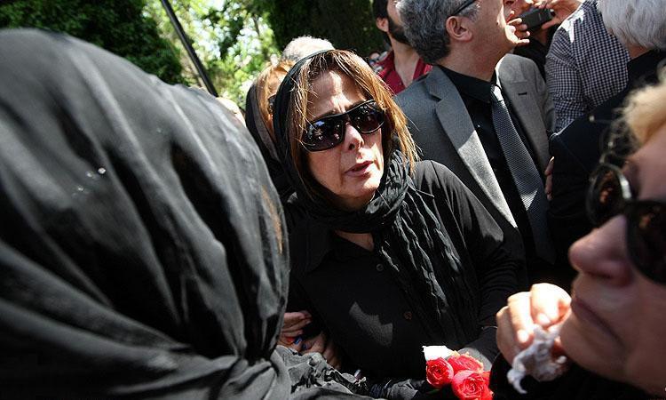 عکسی از مادر زنده یاد عسل بدیعی در مراسم تشییع دخترش   WwW.BestBaz.IR