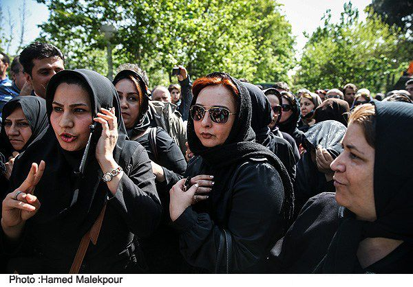 عکسی از ماهایا پطروسیان در مراسم تشییع عسل بدیعی | WwW.BestBaz.IR