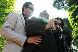 عکسی از رضا داوودنژاد و همسرش در مراسم تشییع عسل بدیعی | WwW.BestBaz.IR