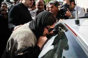 عکسی از زهرا داوودنژاد در مراسم تشییع عسل بدیعی | WwW.BestBaz.IR