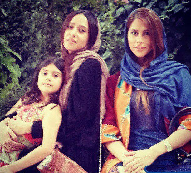 عکسی اختصاصی از پریناز ایزدیار و خواهرش | WwW.BestBaz.IR