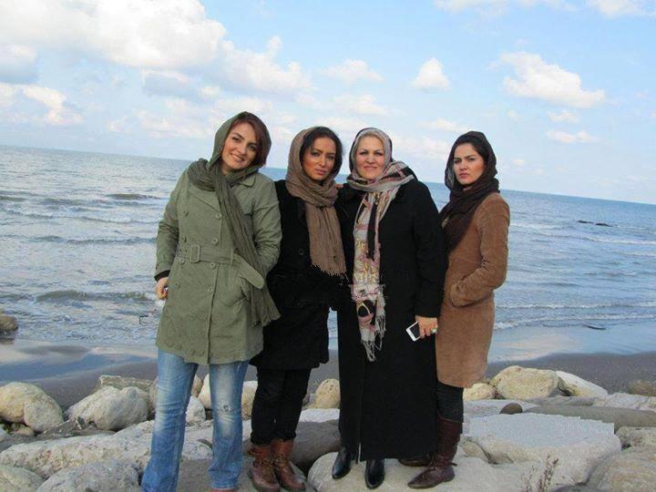 عکسی اختصاصی از روناک یونسی کنار مادر و 2تا خواهرش | WwW.BestBaz.IR