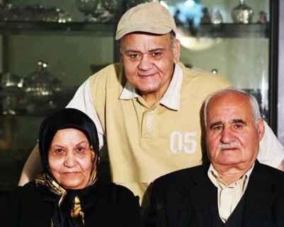 عکسی از اکبر عبدی کنار پدر و مادرش | WwW.BestBaz.IR