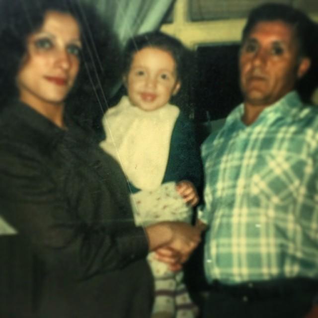 عکسی از کودکی امیر حسین رستمی کنار پدر و مادرش | WwW.BestBaz.IR