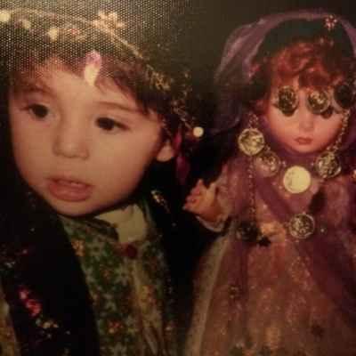 عکسی از کودکی نیوشا ضیغمی کنار عروسکش | WwW.BestBaz.IR
