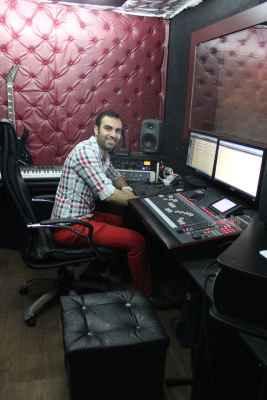 عکسی از محمد بیباک در استودیو حین ضبط آهنگ این نیز بگذرد | WwW.BestBaz.RozBlog.Com