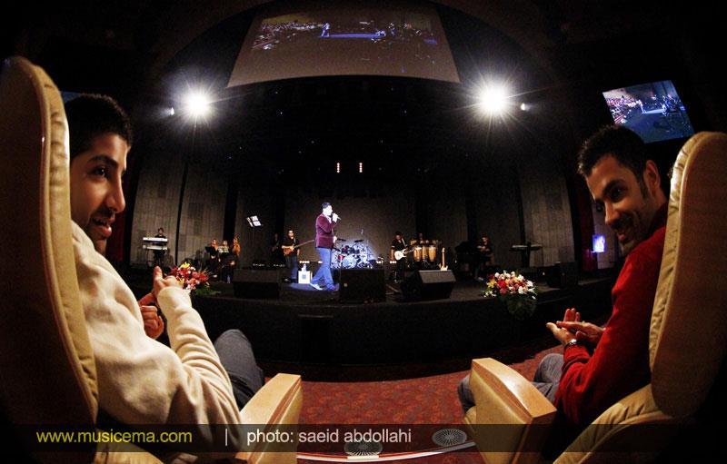عکسی از سیروان و زانیار خسروی در کنسرت احسان خواجه امیری | WwW.BestBaz.RozBlog.Com