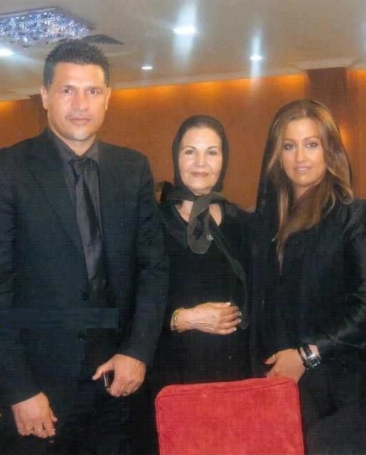 عکسی از علی دایی کنار مادر و همسرش   WwW.BestBaz.Ir
