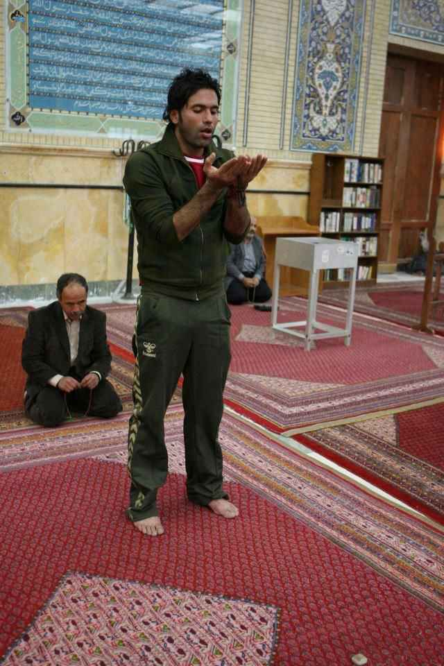 عکسی از علیرضا نیکبخت واحدی در حال نماز خواندن | WwW.BestBaz.Ir