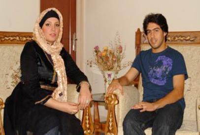 عکسی از خسرو حیدری کنار همسرش در منزل   WwW.BestBaz.RozBlog.Com
